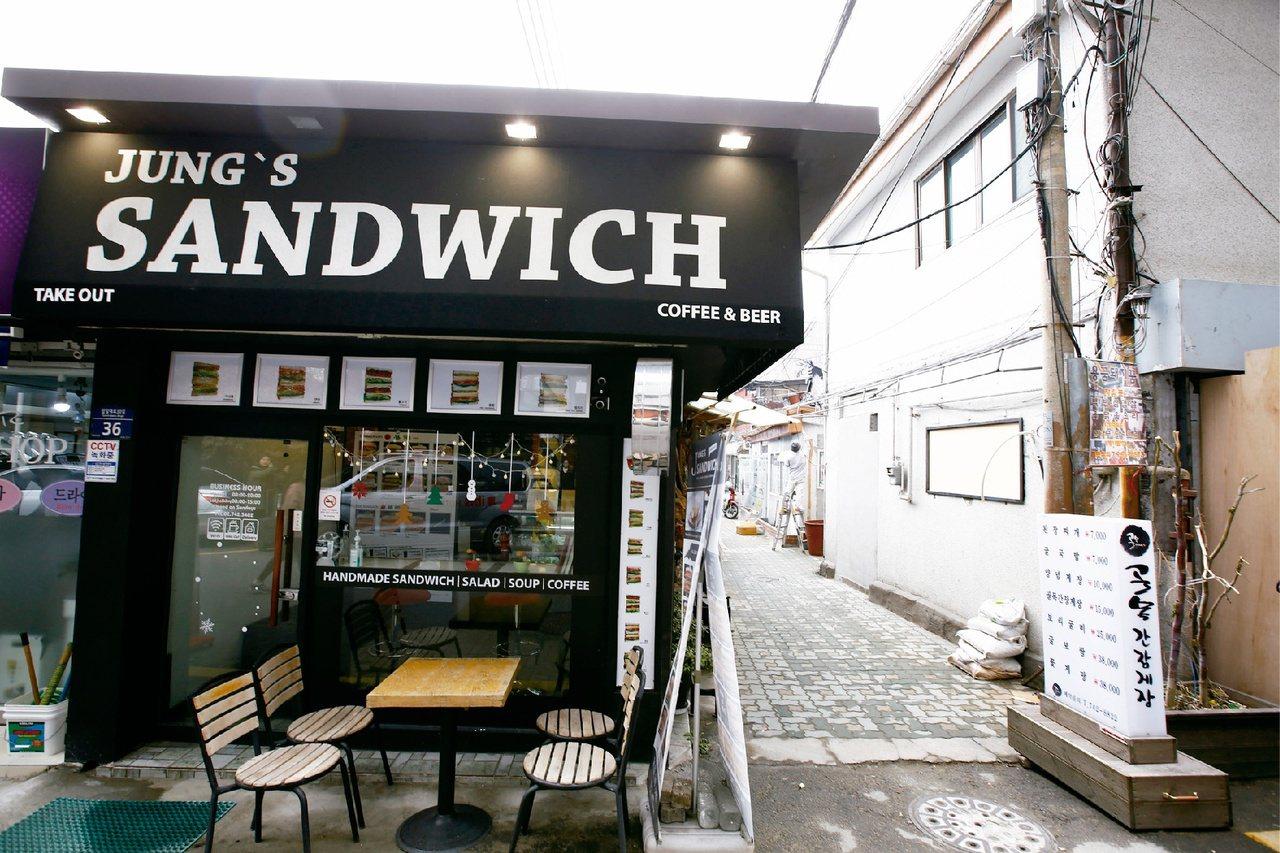 胡同醬蟹 轉過此街角,店面就在盡頭處。