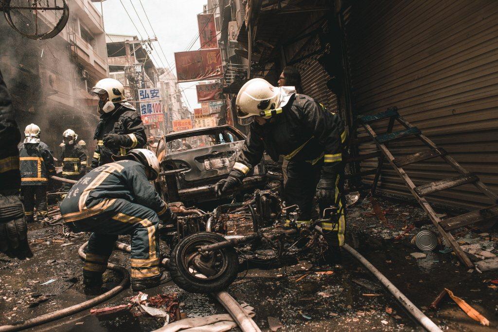 如果不幸遇到爆炸,無論是瓦斯氣爆或任何型態的爆炸,第一時間應當馬上趴下臥倒、背向...