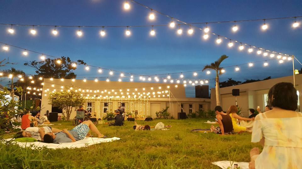 在墾丁大灣草地上鋪張餐墊或坐或臥,在微涼海風吹拂下聆賞音樂、啖美食、觀星或逛逛市...