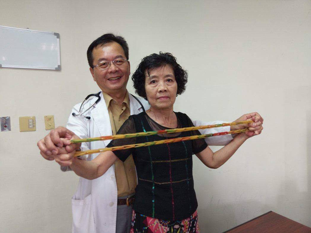 豐原醫院免疫風濕科主任胡宗慶建議張婦在家利用毛巾、繩子、彈力繩等工具,做一些簡單...