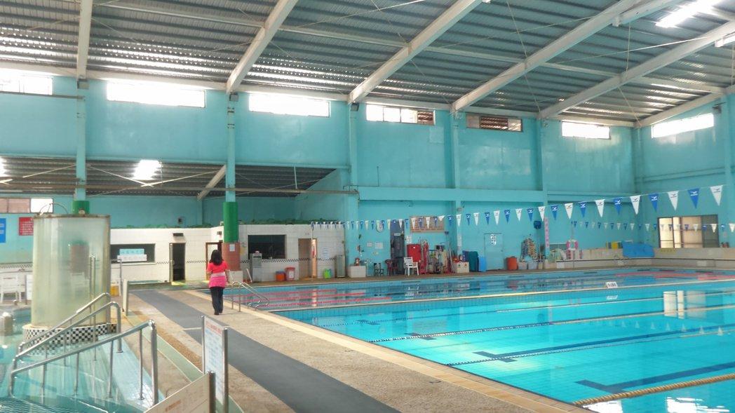 高雄長青村游泳池疑因員工誤倒化學藥劑,致多人送醫。記者林保光/攝影