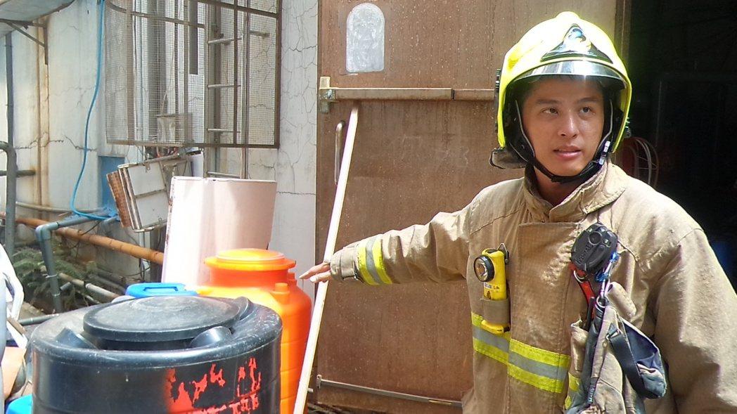 消防員指游泳池員工誤倒化學藥劑的桶子。記者林保光/攝影