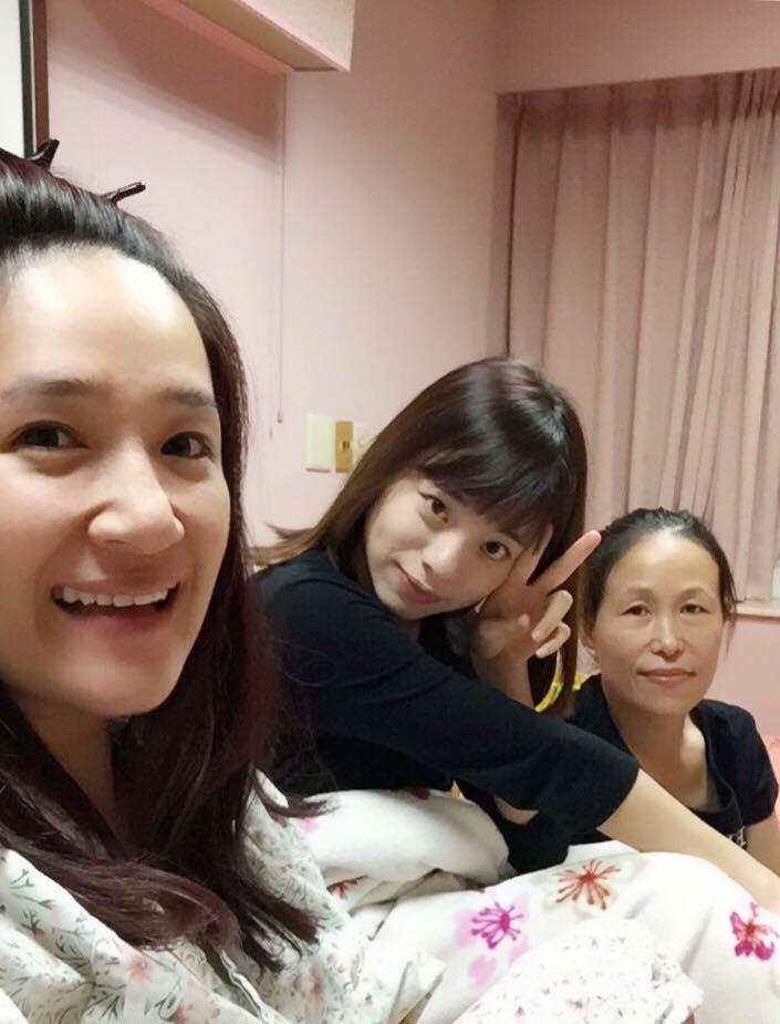羅美玲(左)上周在家人陪伴下悄悄動了手術。圖/摘自羅美玲臉書