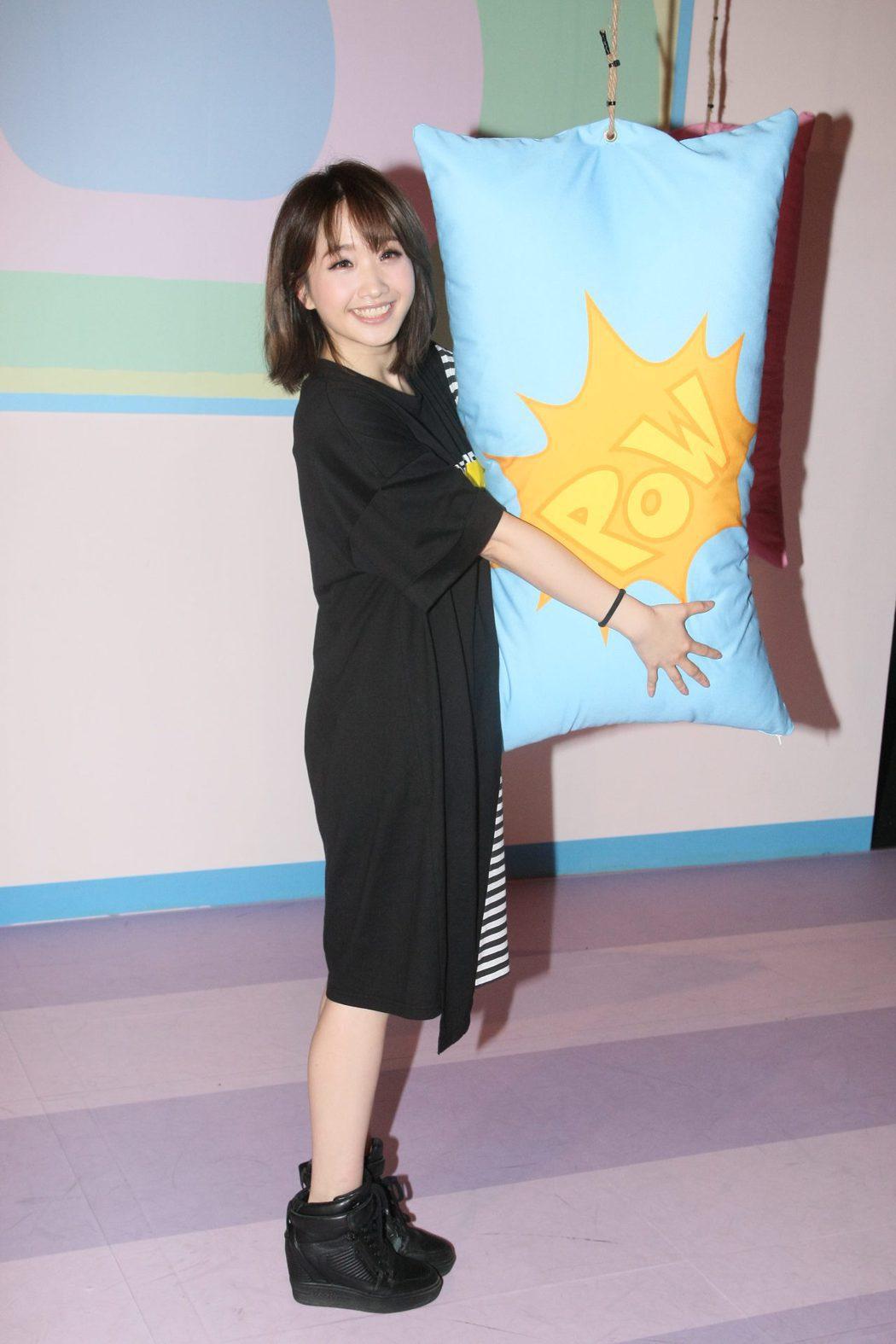 朱俐靜19日去看飛天小女警展覽。圖/寬宏藝術提供