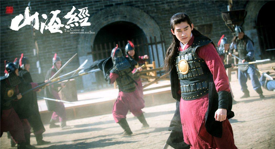 張翰在「山海經之赤影傳說」中一人分飾兩角、亦正亦邪。圖/龍華戲劇台提供