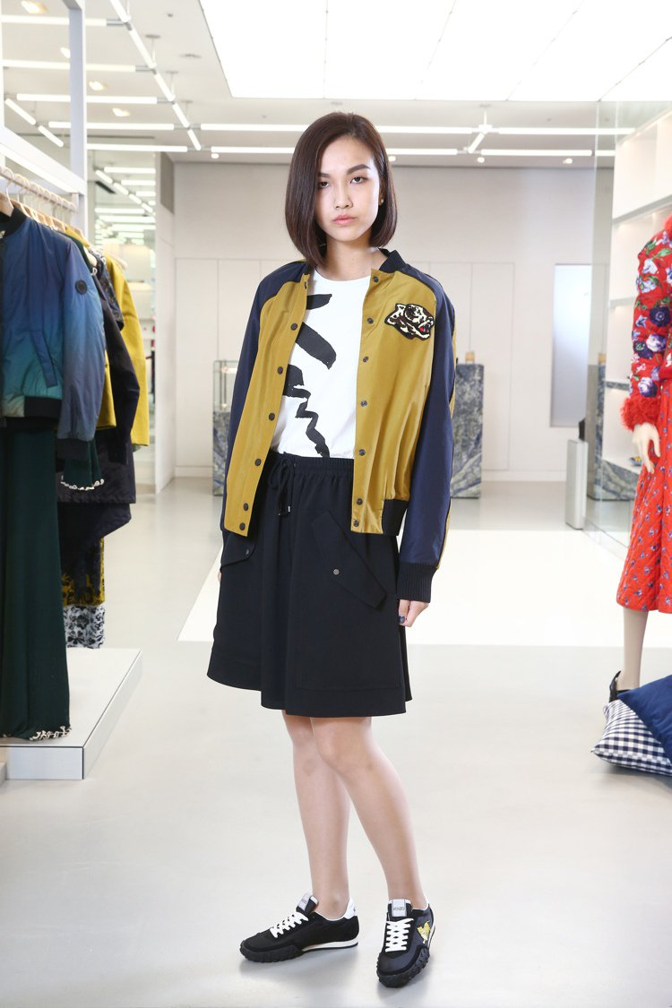 KENZO主線系列虎頭棒球外套27,800元,白色 T 恤4,800元,黑色 A...