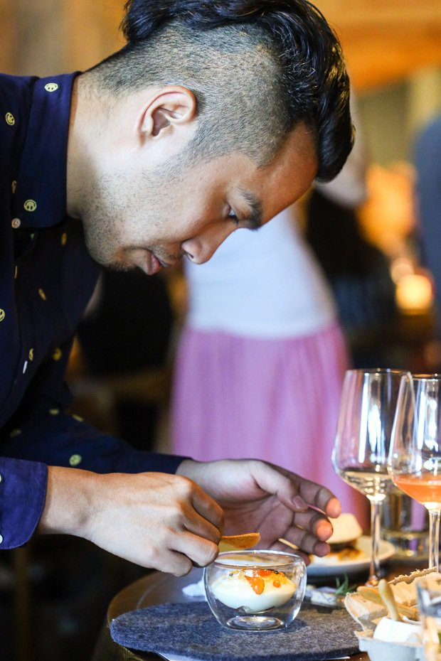 RAW餐廳的服務人員專注地準備客製化料理。記者王騰毅/攝影