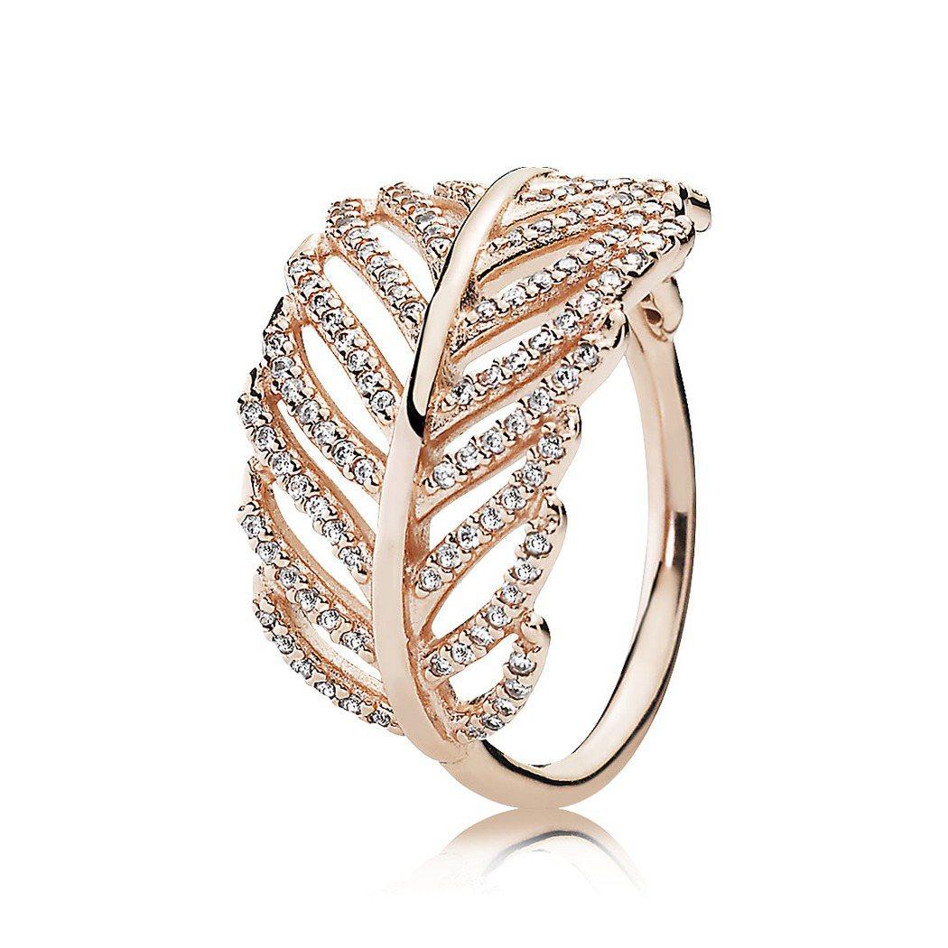 PANDORA Rose閃爍羽毛鋯石戒指,4,480元。圖/PANDORA提供