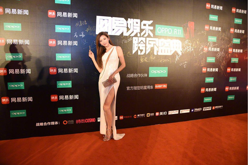 林志玲性感出席網易娛樂跨界盛典,再次秀出美腿。圖/摘自微博