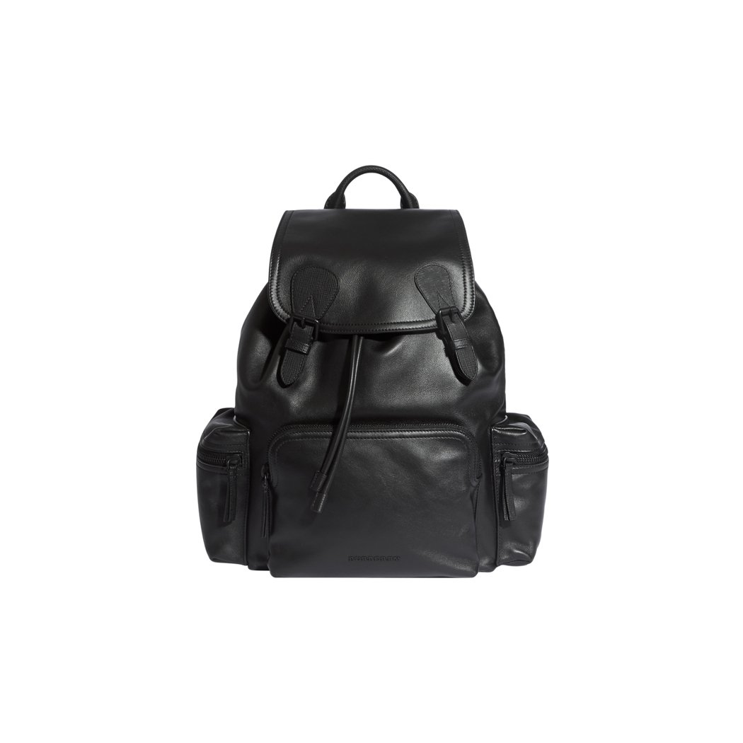 The Rucksack防潑水皮革黑色大型軍旅背包,售價72,000元。圖/BU...