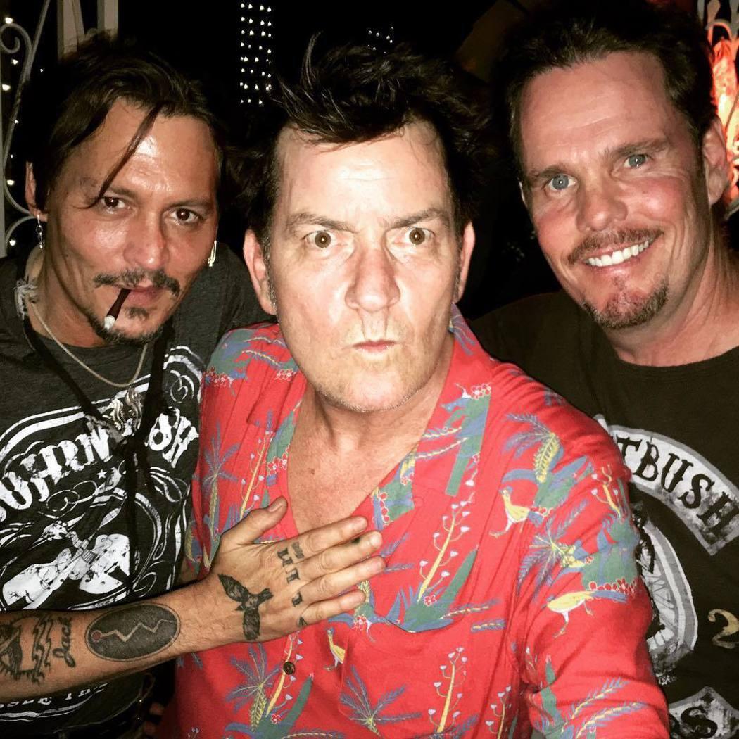強尼戴普(左起)、查理辛、凱文狄倫在洛杉磯重聚。圖/摘自Instagram