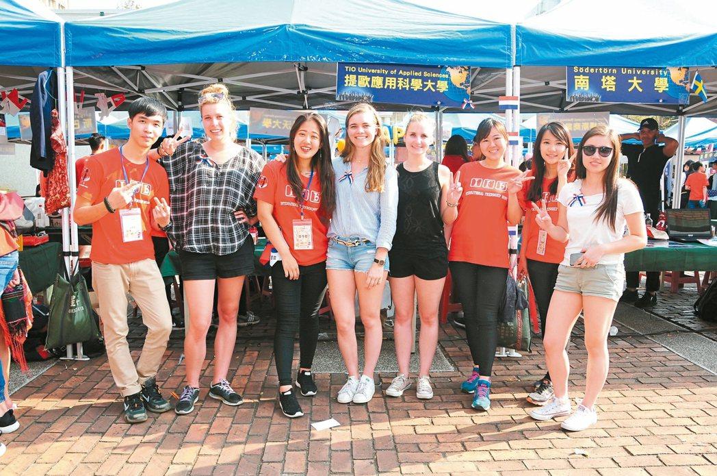 靜宜大學致力推動校園國際化,除了鼓勵學生出國遊留學,也歡迎國際學生到校就讀。 記...