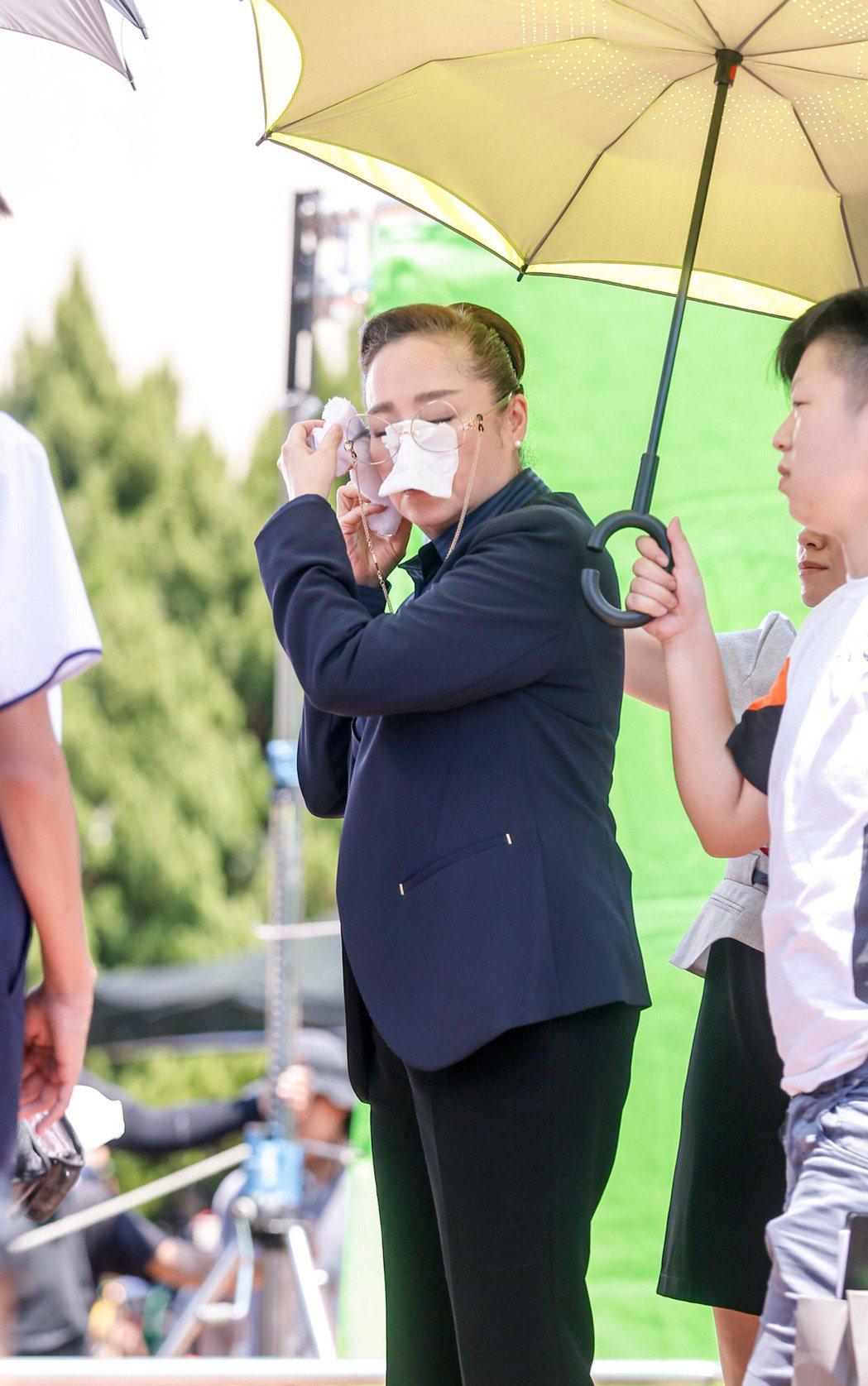 電影《藍色項圈》劇組在台師大林口校區拍攝校長頒獎的片段,恬妞出場時有工作人員幫忙...
