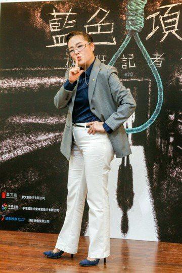 金馬影后恬妞闊別台灣影壇多年再度接拍新片「藍色項圈」,35度的大熱天穿上套裝扮演校長,還有一大串的台詞,笑言:「真的很氣編劇。」雖然面對新一代工作人員,她卻沒有不習慣,反而非常珍惜這次的機會,就算拍...