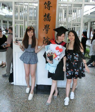 今年畢業季不少學生改買乾燥花束當作畢業花,小巧、精緻好攜帶,保存時間更長久。 記...