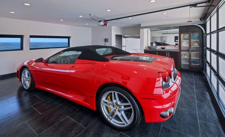 室內面積5560平方呎的這座豪宅,客廳、主臥室、兩間臥室,甚至可停三輛車的車庫都...