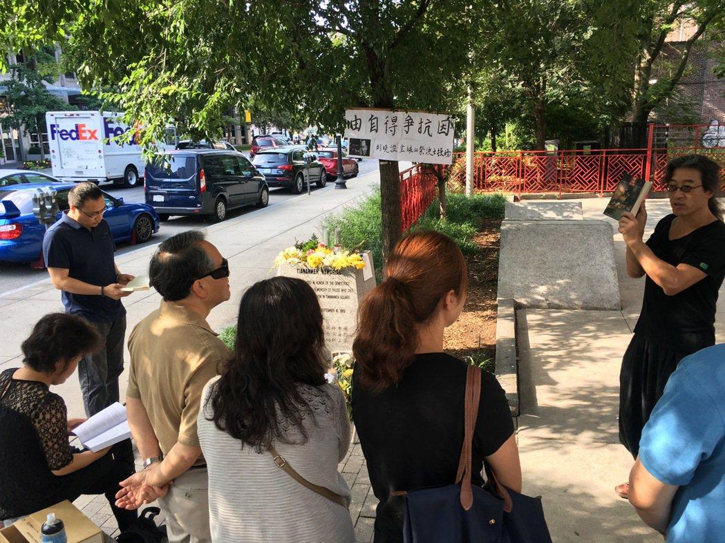 劉曉波「頭七」悼念會19日早晨在波士頓華埠牌樓旁天安門紀念碑旁舉辦。現場組織者擺...