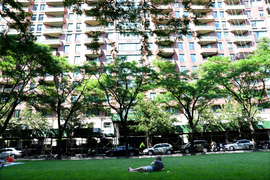 砲台公園市的1 Rector Park 公寓面對公園,一片綠茵。記者許振輝/攝影