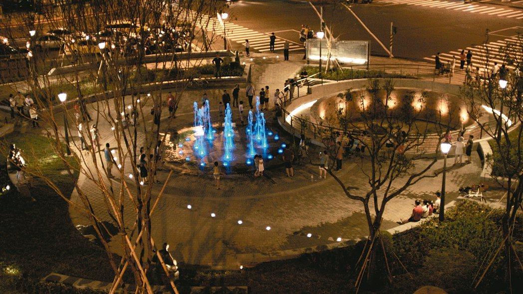 新建成圓環將於今天晚間舉辦啟用典禮,圓環打造噴泉休憩及綠蔭廣場,成為民眾放鬆心靈,悠遊賞景的好所在。 圖/北市府提供