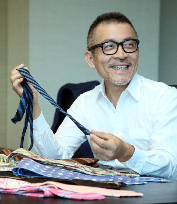 這條藍黑相間的窄版領帶,是劉家豪人生的第一條領帶,當年初出社會,爸爸將這條自己用...