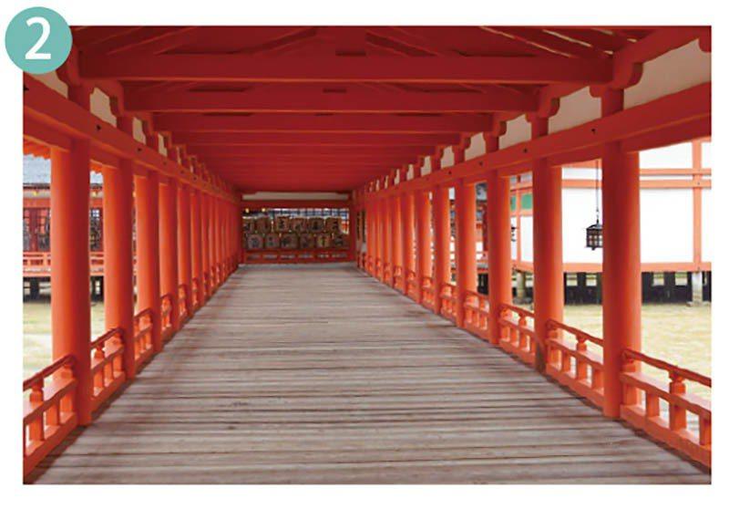 迴廊的長度約有三百公尺,垂掛在神門下方的三龜甲劍花菱紋提燈更加增添社殿的光彩。