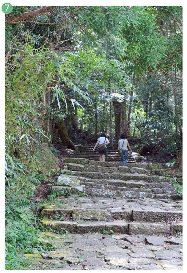大門坂被稱為是熊野古道中最美的道路,走在重疊且樹齡高的杉木林石板路上,周遭非常靜...