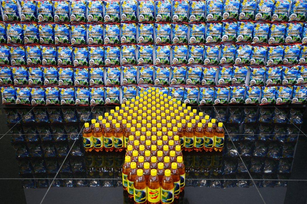 乖乖及蘋果西打推出福衛五號紀念商品。 記者陳妍霖/攝影