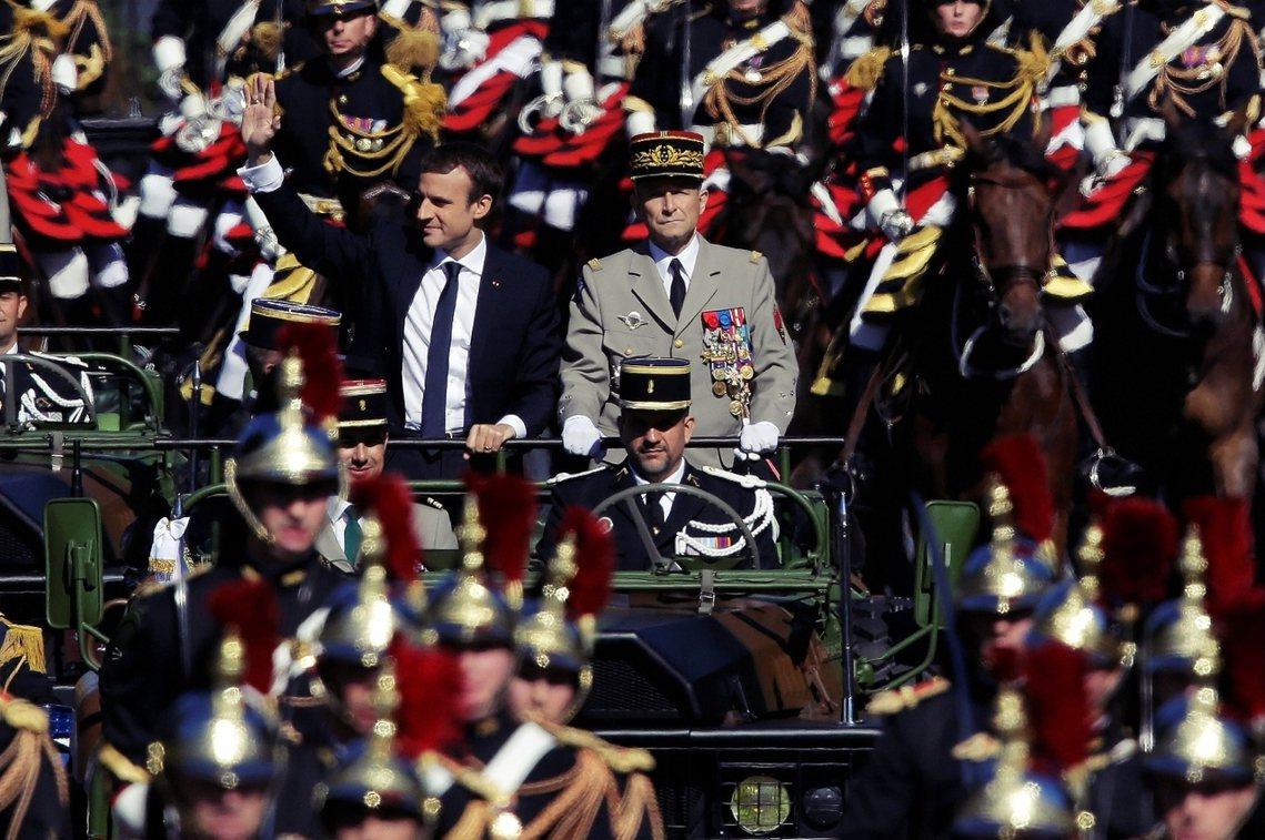 與法國總統馬克宏(左)反目的法軍參謀總長德.維利耶(右),周三終於宣布辭職。 圖...