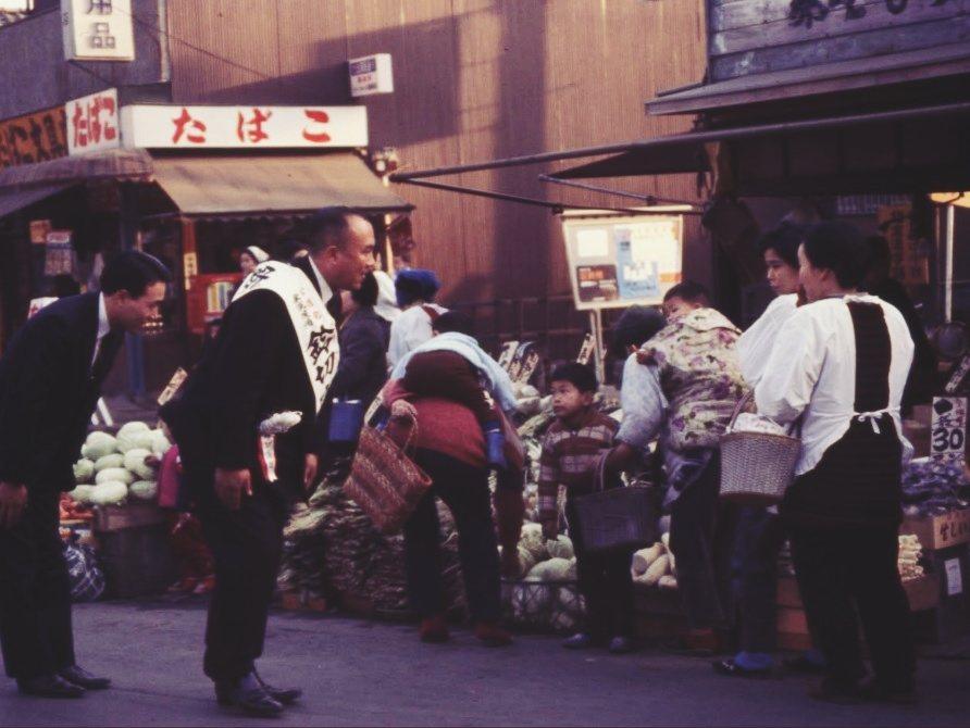 1967年日本眾議院選舉,公明黨候選人在東京品川商店街拜票。 圖/公明黨