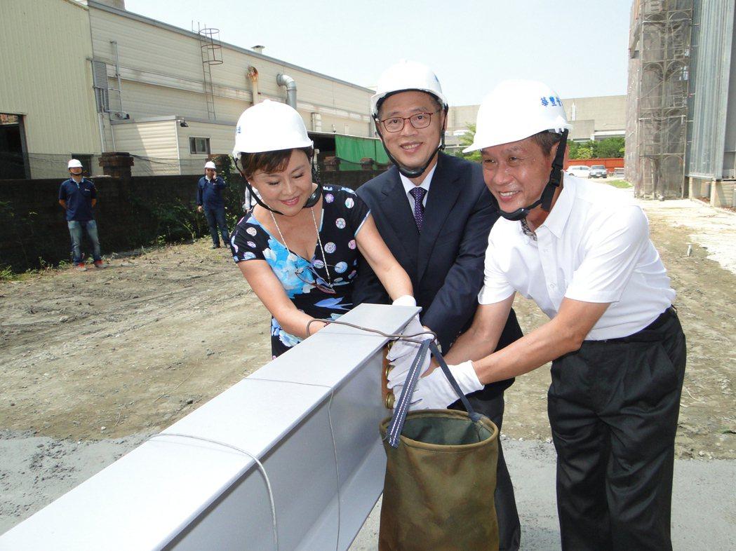 三隆齒輪董事長廖昆隆 (中)及總經理廖昆信 (右)共同為二廠上樑鎖上螺絲。   ...