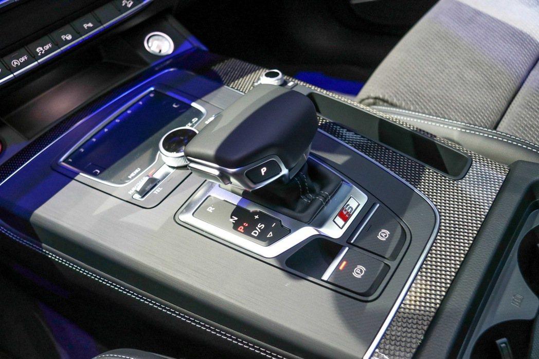 Audi SQ5內裝採用專屬Carbon Atlas碳纖維飾板。 記者史榮恩/攝...
