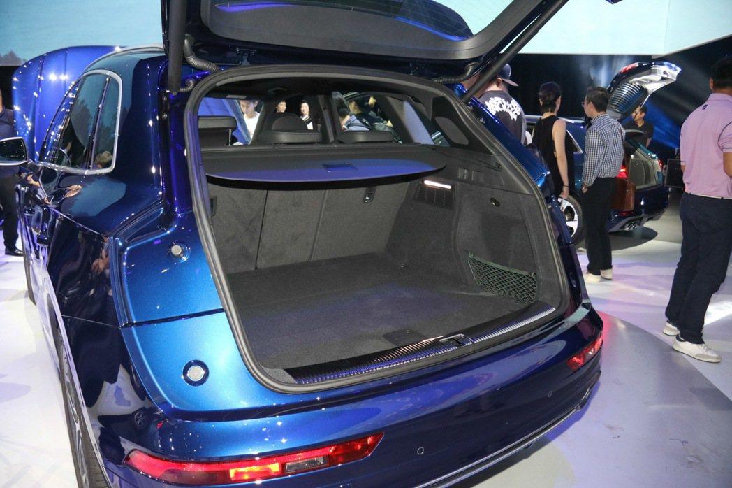 Audi Q5系列搭載電動啟閉尾門,行李廂空間可擴充至1550公升。 記者史榮恩...