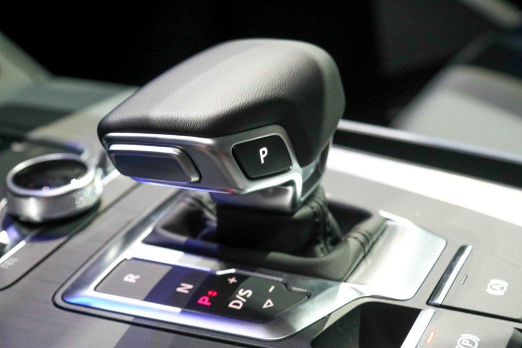 Audi Q5排檔桿。 記者史榮恩/攝影