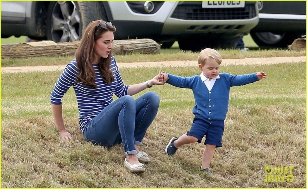 凱特王妃穿著牛仔褲帶喬治小王子,一起去看威廉王子的馬球賽。 圖/摘自justja...