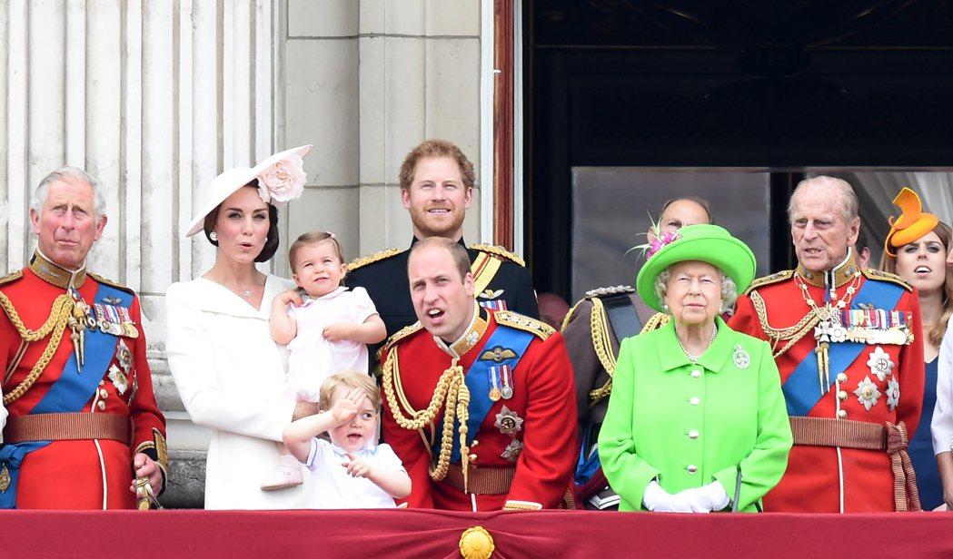 王室成員在女王生日閱兵大典或向英軍致敬時,會穿著代表他們所屬軍團的軍服。 圖/本...