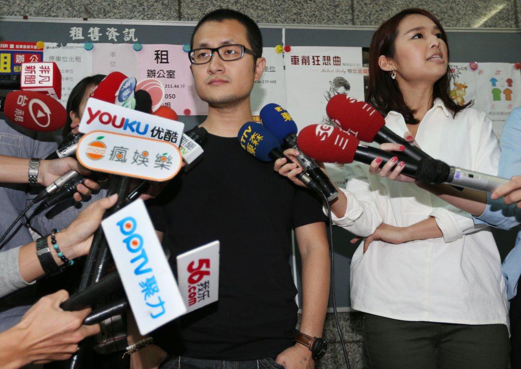 2014年,作家導演九把刀(左)針對周刊登出劈腿報導召開記者會,坦承:「我劈腿了...