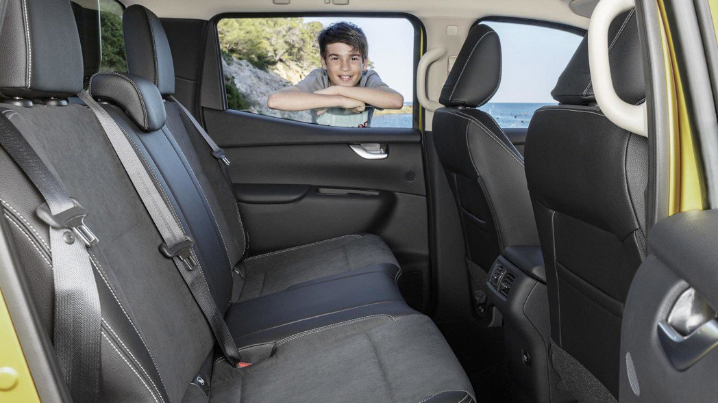後座配有後座空調出風口、12V充電孔、ISOFIX兒童安全座椅固定扣等實用配備。 圖片來源:M.Benz