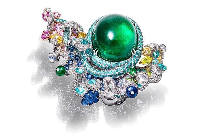 海之頌祖母綠戒指。以一顆23.82克拉祖母綠為主石,搭配月光石、粉色剛玉、荷蘭石...