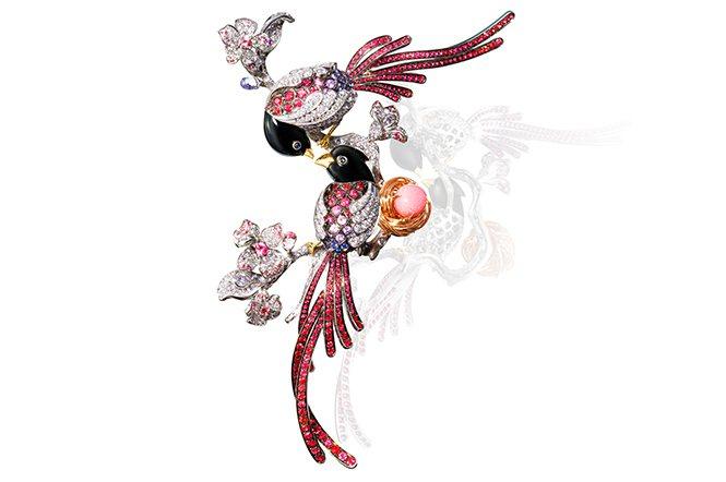雙喜鵲紅寶胸針。以一顆5.15克拉珍稀粉嫩孔克珠為主石,象徵愛的結晶。