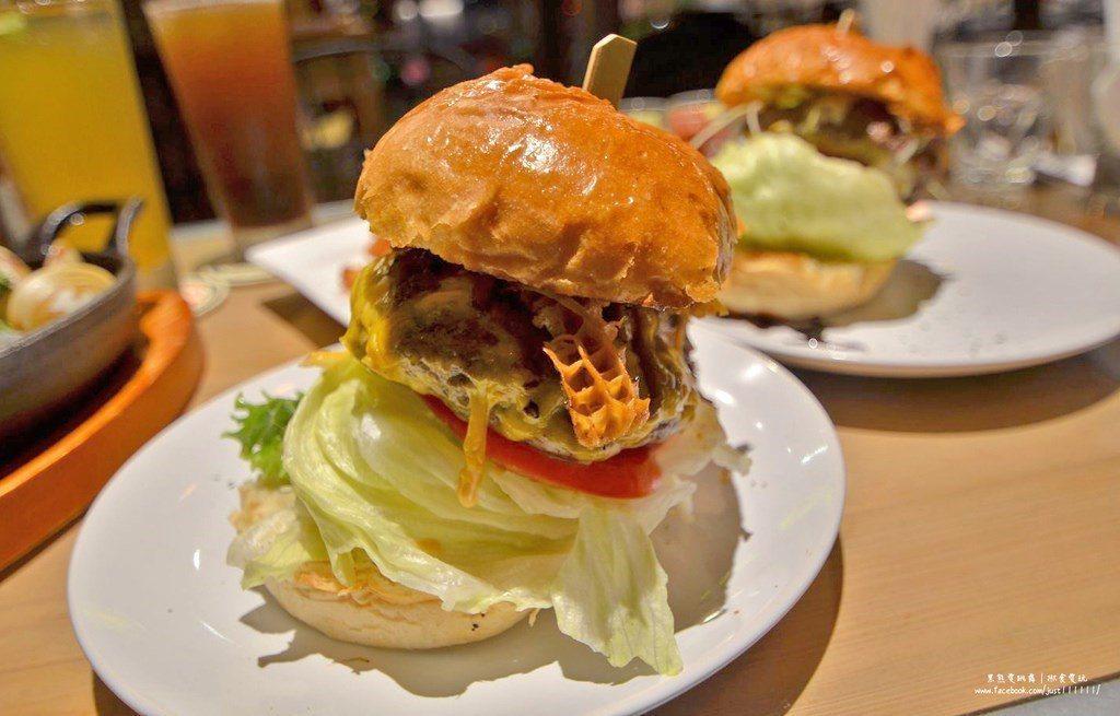 ▲慢燉辣味牛肚牛肉起司漢堡(photo by揪食。愛玩)