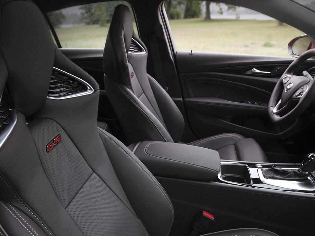 座椅採跑車化設計,椅背上同樣具備GS飾徽。 圖片來源:Buick