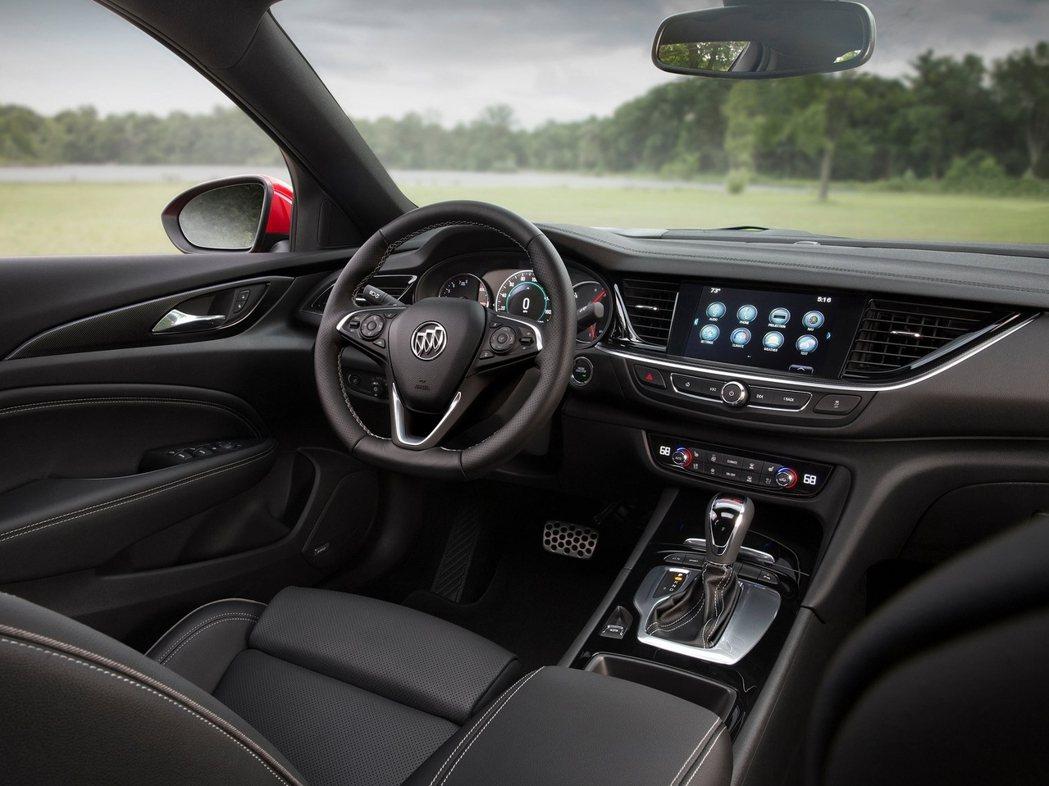 中控台格局和一般版無異,最大亮點在於搭載平底化跑車方向盤。 圖片來源:Buick