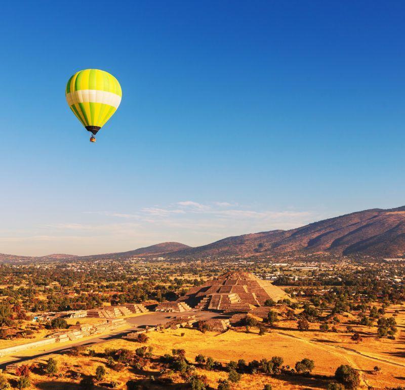 清晨乘坐熱氣球俯瞰特奧蒂瓦坎金字塔成為近年熱門行程。(Photo│123RF)