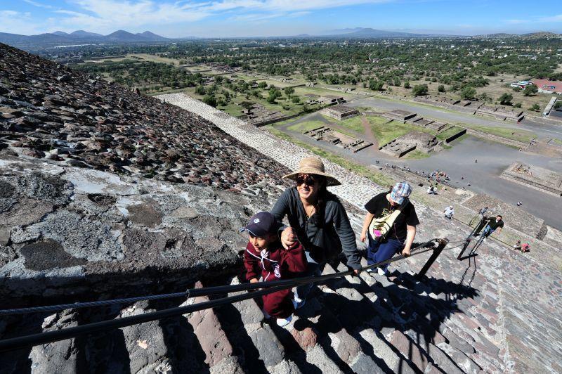 梯形的太陽金字塔共有200多層石階,攀登難度不高。(Photo│123RF)
