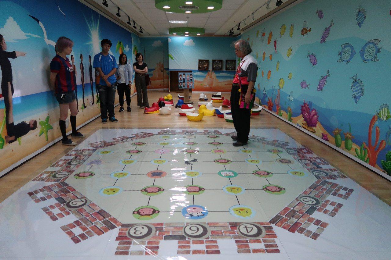 屏東藝術館布置成各種密室,必須透過遊戲解碼才能脫逃。記者翁禎霞/攝影