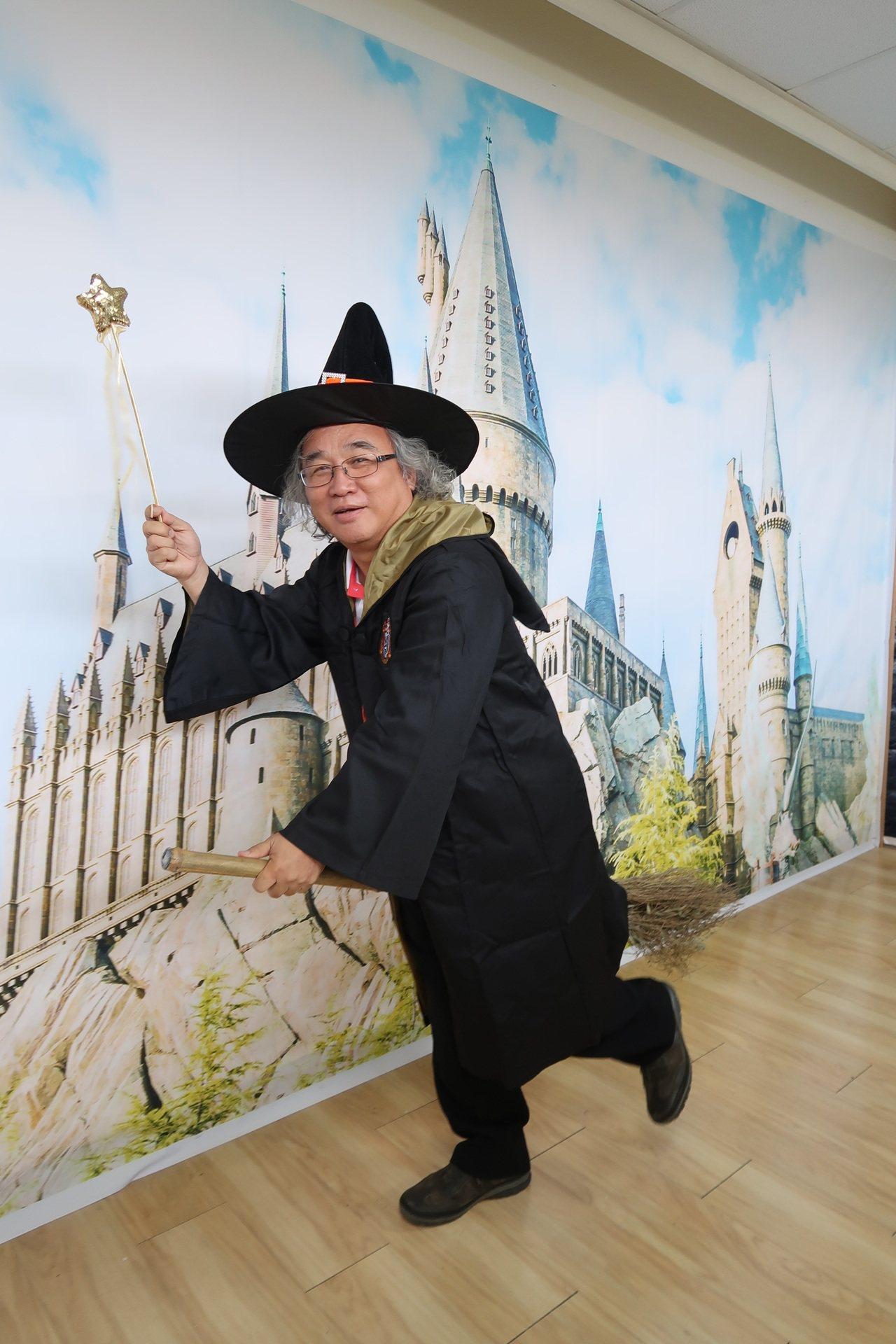 屏藝術館除了體驗「霍格華茲」式的VR體驗外,還可以扮成魔法學院校的校長拍照。記者...