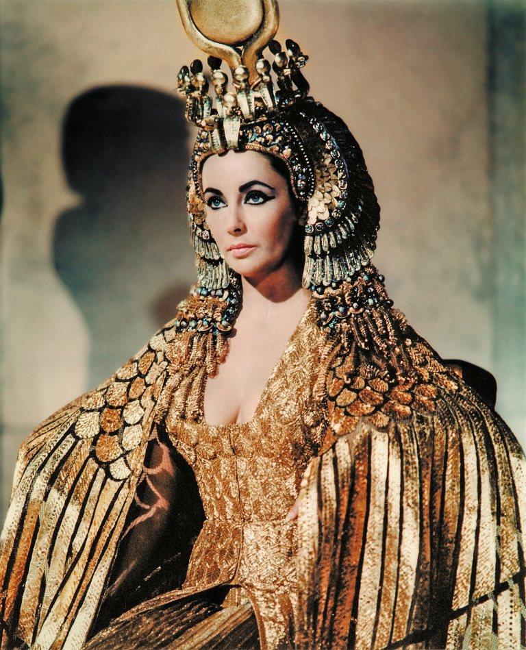 伊莉莎白泰勒在「埃及艷后」中的造型還比默片版的希達芭拉保守。圖/摘自imdb