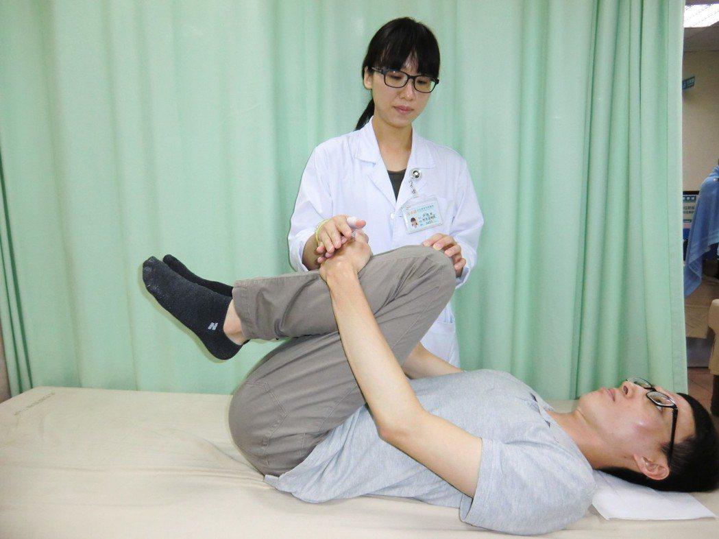 預防急性椎間盤突出兩式:第二招「背肌放鬆運動」,可放鬆背肌。記者蔡容喬/攝影