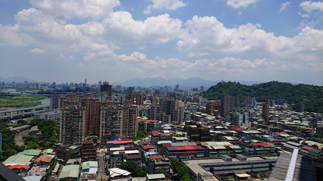 台北市Q2房價出現止跌反彈,房產專家表示,回升力道弱,仍未脫離「進一步、退二步」...
