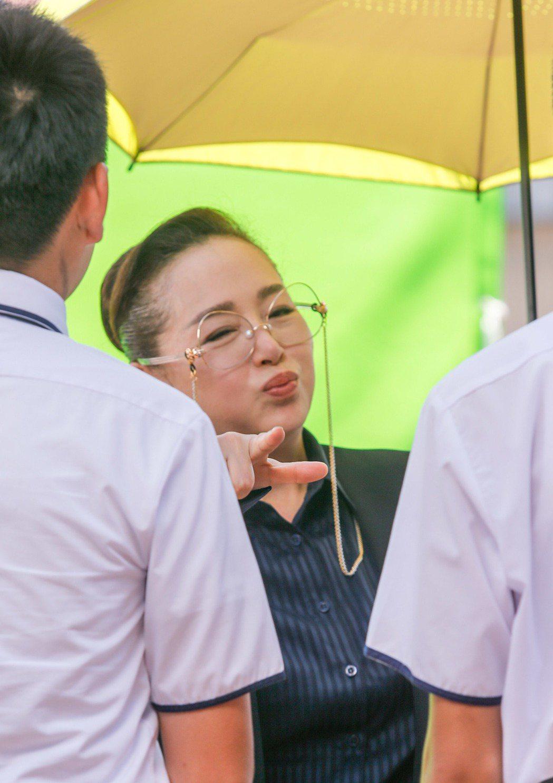 電影《藍色項圈》下午在台師大林口校區拍攝校長頒獎的片段,恬妞出場時有工作人員幫忙...